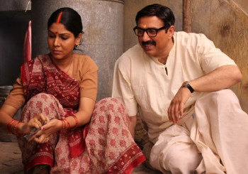 sunny-deol-sakshi-tanwar- Moholla Assi A still from Banned Film Moholla assi
